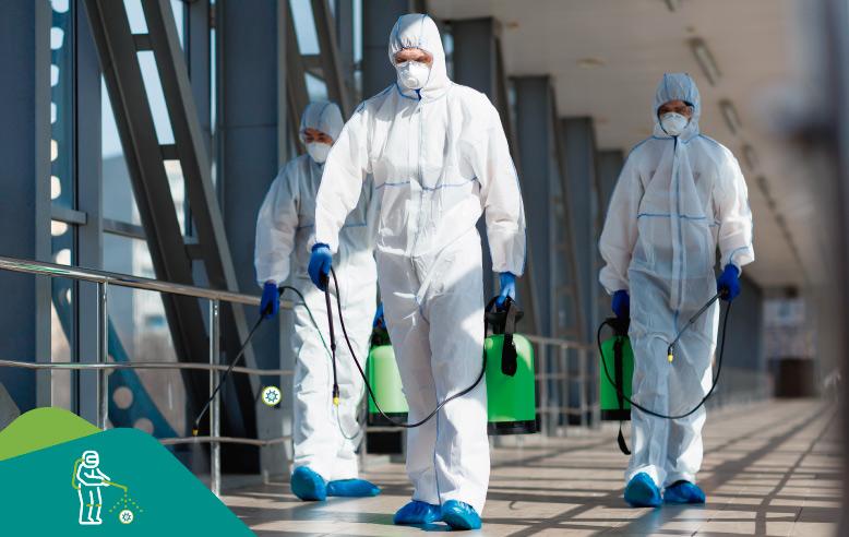 fumigadores con traje blanco y zapatos cubiertos con bolsas de seguridad